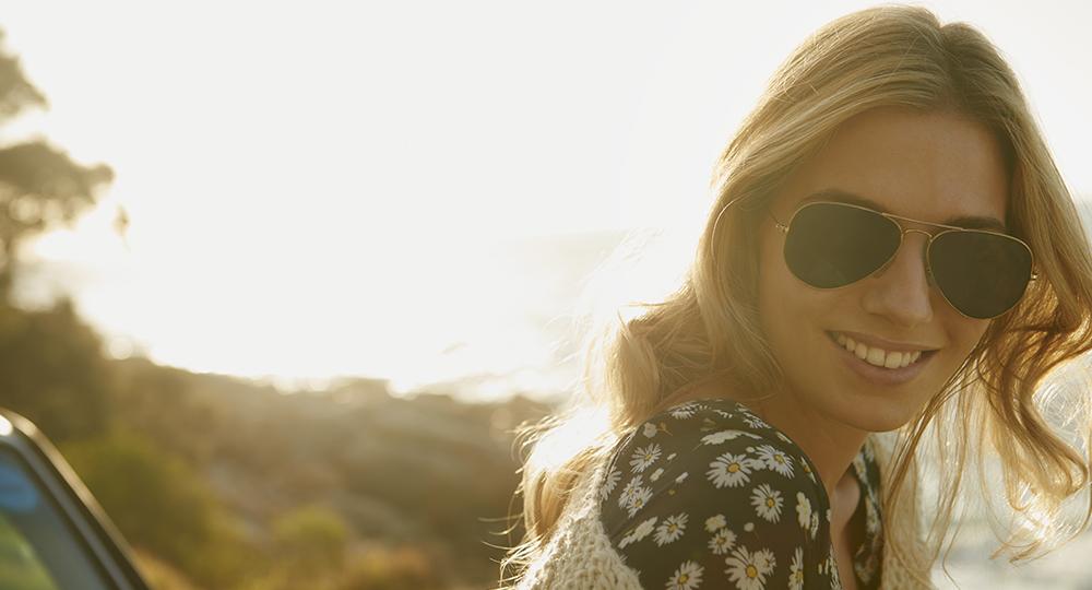Autohaus Renck-Weindel - Frau mit Sonnenbrille lächelt
