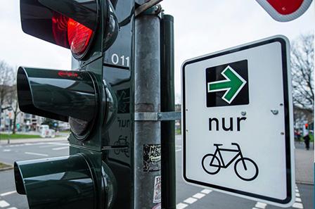 Autohaus Renck-Weindel - Ampel mit grünem Pfeil für Fahrräder